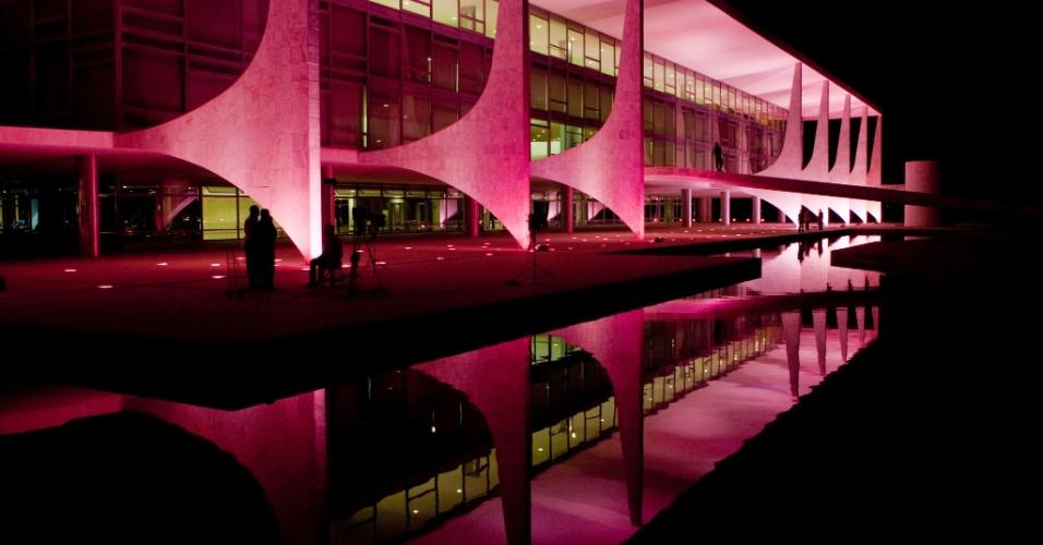 O Palácio do Planalto ganhou iluminação cor-de-rosa nesta segunda-feira à noite em apoio à campanha internacional Outubro Rosa, de prevenção ao câncer de mama