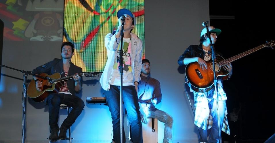 Os integrantes da banda Cine se apresentam no 11º Prêmio Jovem Brasileiro no Memorial da América Latina, em São Paulo. O prêmio homenageia os jovens talentos brasileiros em 21 categorias, concedido após votação de júri composto por jornalistas, colunistas, críticos e por votação na internet (1/10/12)