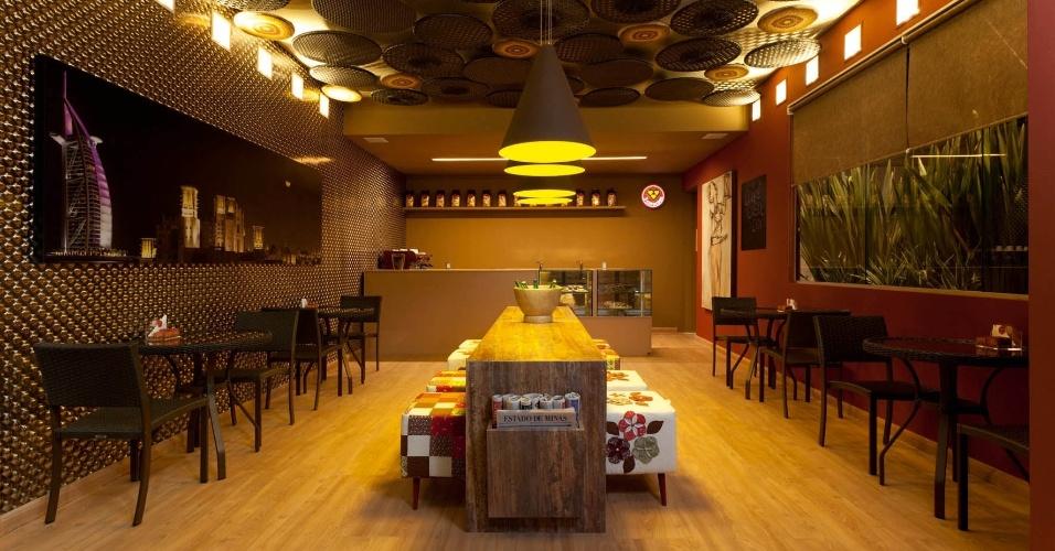 Sheila Mundim pensou em um Café com jeito mineiro, no teto, recriou com bastidores os tradicionais tapetes arraiolo. Para dar ênfase à instalação, uma série de arandelas foi instalada junto ao forro. A Casa Cor MG fica em cartaz até 16 de outubro de 2012, em Belo Horizonte