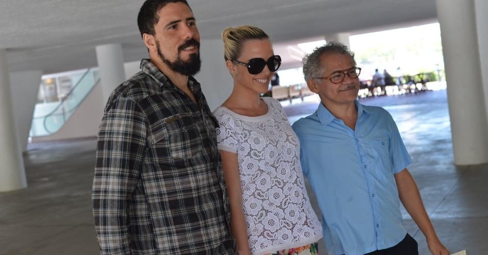 Tchello, Nathália Rodrigues e Gero Camilo chegam ao casamento da atriz Emanuelle Araújo, no Rio (30/9/12)