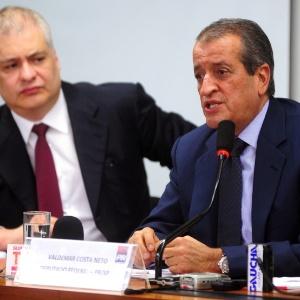 O deputado Valdemar Costa Neto (dir.) dá coletiva de imprensa ao lado de seu advogado sobre sua condenação - Leonardo Prado/Agência Câmara