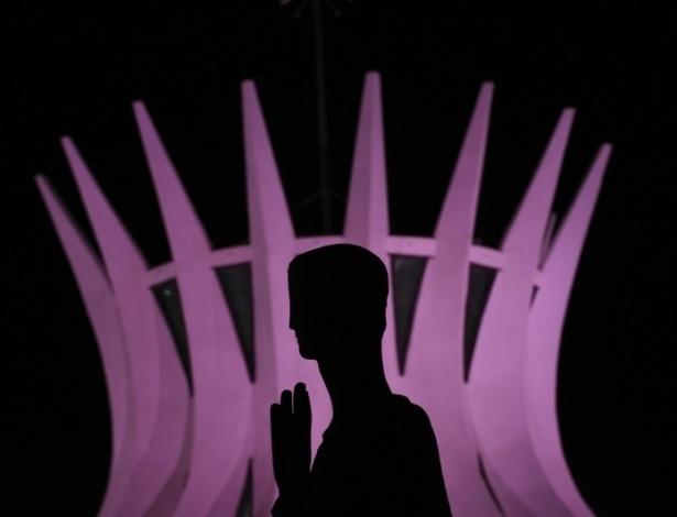 02.out.2012 - Para incentivar o exame preventivo do câncer de mama, a iluminação dos prédios do Congresso Nacional, Palácio do Planalto e Catedral ganharam tons de rosa, que permanecerão durante todo o mês de outubro
