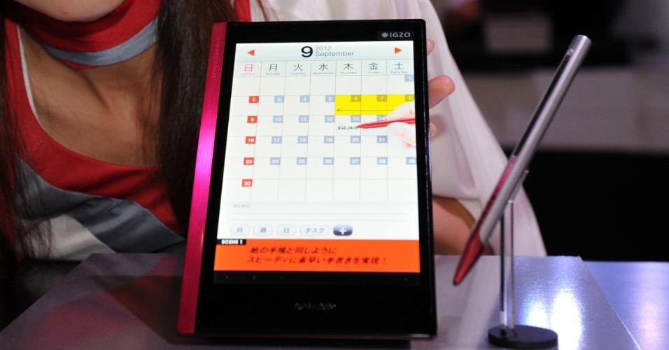 2.out.2012 - A japonesa Sharp apresentou um tablet de 7 polegadas com tela LCD e resolução que a empresa chamou de ultradefinição. São 1.280 x 800 pixels e 217 pixels por polegada. No entanto, o novo iPad, com tecnologia chamada Retina, tem resolução maior, com 264 pixels por polegada. Não há informações sobre lançamento ou preço. A novidade foi exibida na feira Ceatec, realizada em Tóquio, no Japão