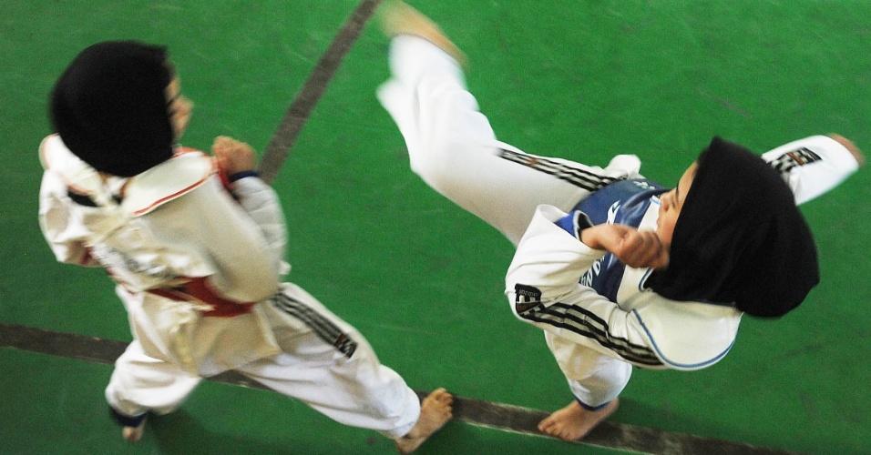 2.out.2012 - Meninas participam de uma disputa de taekwondo durante preparação para a seleção da equipe olímpica afegã em Herat, no Afeganistão