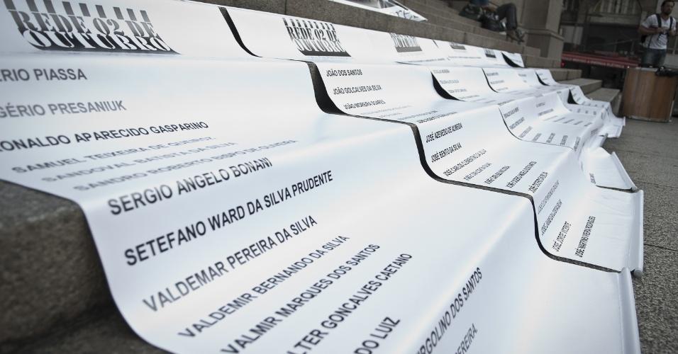 2.out.2012 - Movimentos sociais e Pastoral Carcerária realizam ato na praça da Sé, no centro de São Paulo, para relembrar o massacre do Carandiru, que completa 20 anos