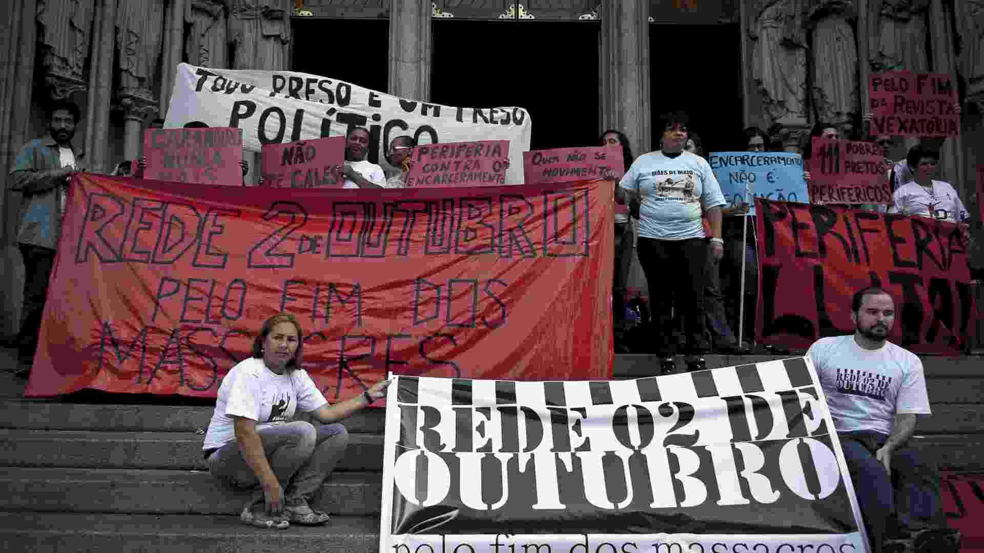 2.out.2012 - Movimentos sociais e Pastoral Carcerária realizam ato na praça da Sé, no centro de São Paulo, para relembrar o massacre do Carandiru, que completa 20 anos  - Marcelo Camargo/ABr