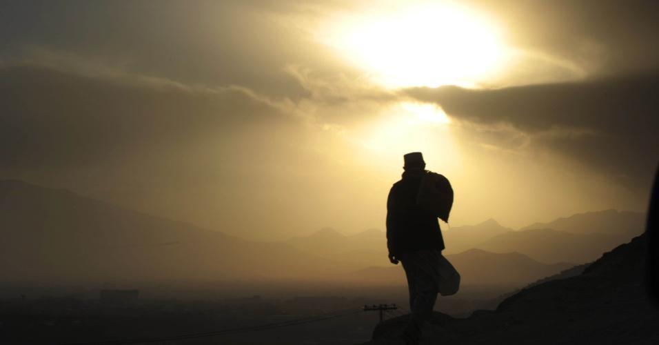 2.out.2012 - Trabalhador da construção civil caminha de volta para sua casa após expediente em bairro próximo a Cabul, no Afeganistão