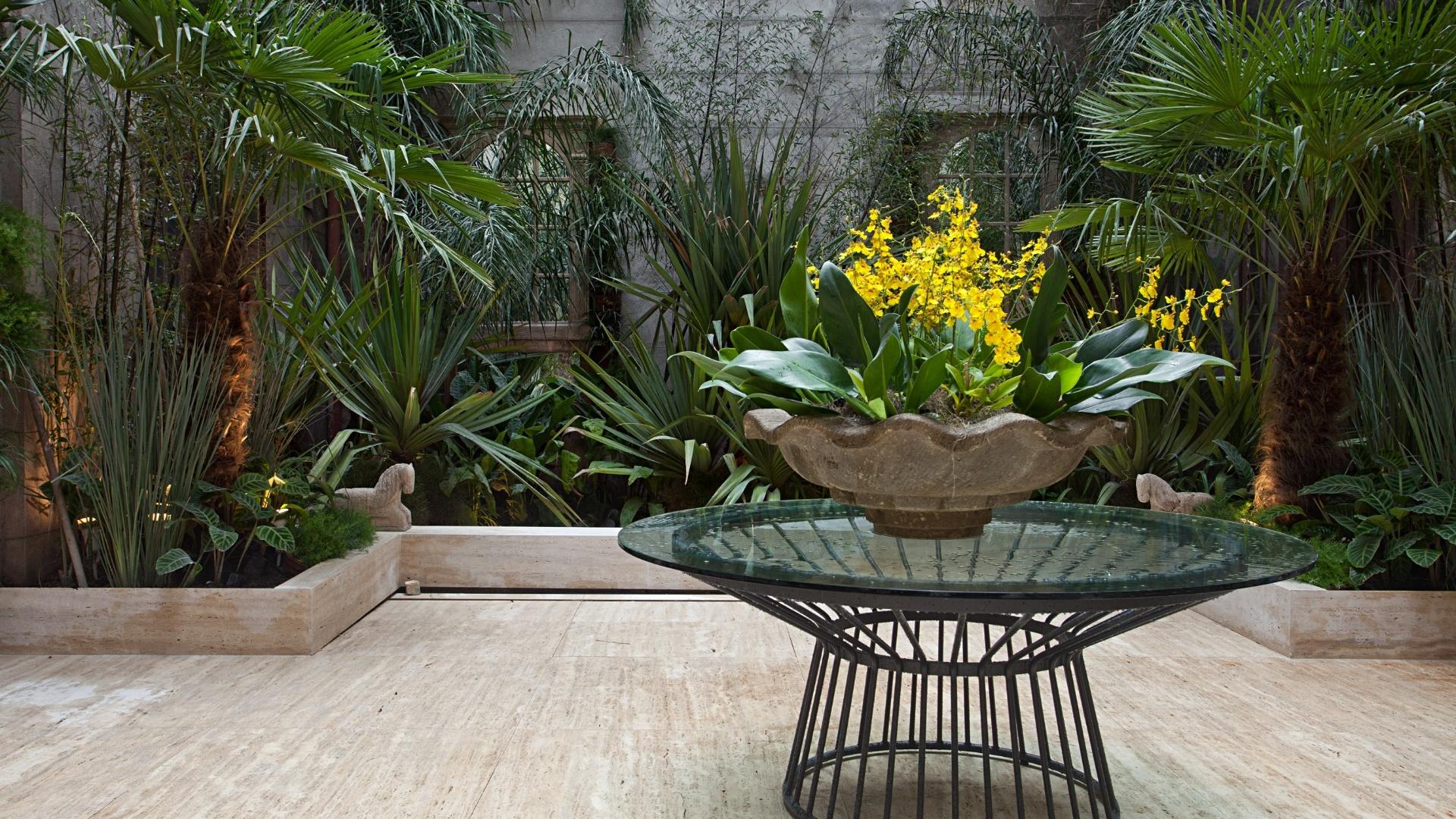 Anna Luiza Rothier assina o paisagismo dos Pátios Internos, que ganharam espécies de grande porte como palmeiras e bambusas de caule negro, além de delicadas orquídeas amarelas. A Casa Cor RJ vai de 03 de outubro a 19 de novembro de 2012, no Rio de Janeiro