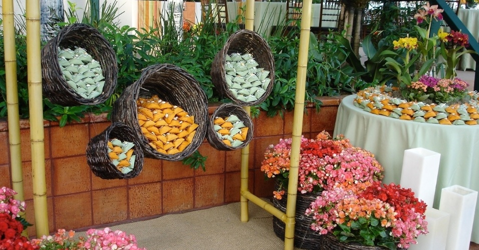 Bem-casados dispostos em cestos. Os arranjos são de begônias, orquídeas e kalanchoes. Decoração feita pela Mariana Bassi Flores e Eventos (www.marianabassi.com.br)