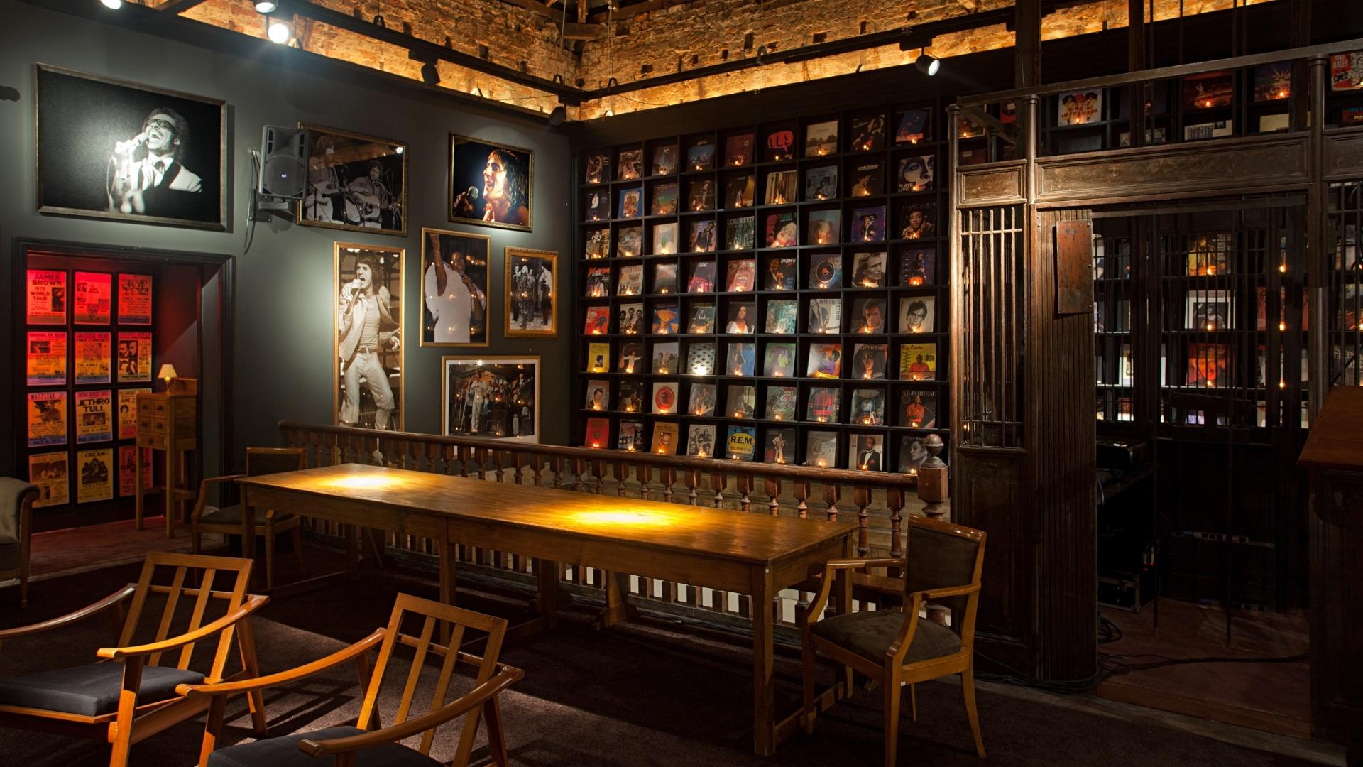 Beto Figueiredo e Luiz Eduardo Almeida criaram o Flash Back Bar, um ambiente em penumbra que possui uma grande estante com capas de discos icônicos. A Casa Cor RJ vai de 03 de outubro a 19 de novembro de 2012, no Rio de Janeiro