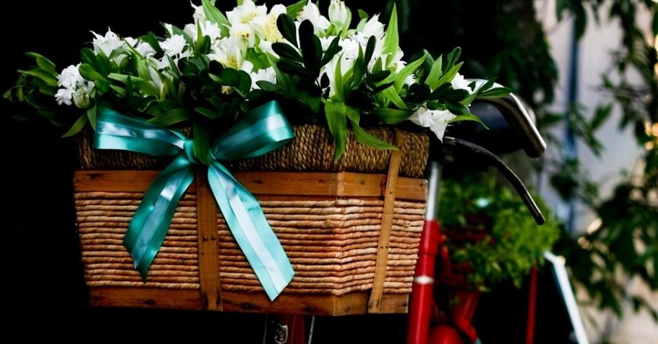 Bicicleta decorada com flores na entrada do casamento. Decoração feita pela arquiteta de festas Mara Perez (www.maraperez.com.br)