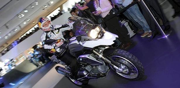 Piloto desceu as escadas do estande com a nova R1200 GS para mostrar os atributos off-road da moto - Arthur Caldeira/Infomoto