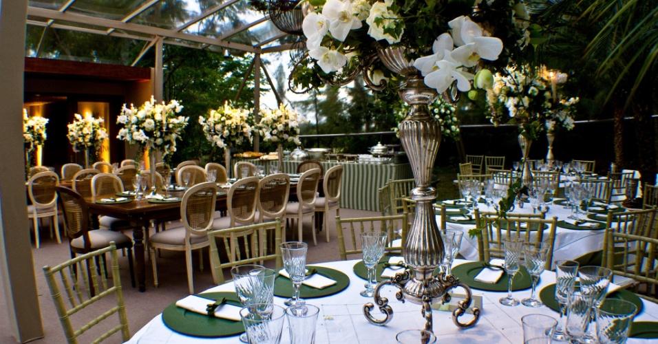 Castiçais em prata pontuados nas mesas de jantar para dar um toque de sofisticação. Decoração feita pela empresa Cenográphia (www.cenographia.com.br)