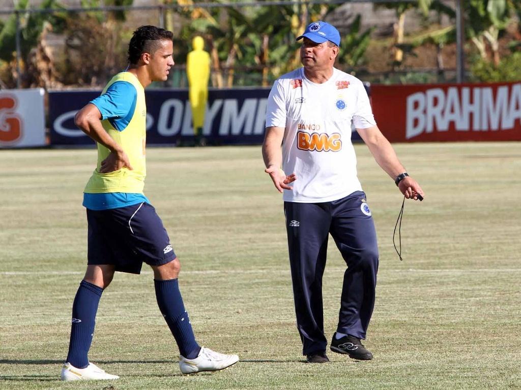 Celso Roth orienta o atacante Anselmo Ramon durante treino do Cruzeiro (2/10/2012)