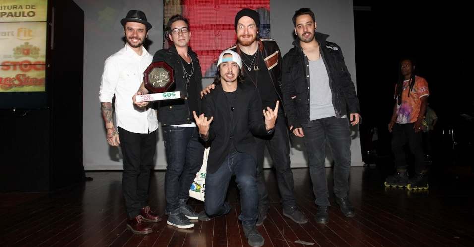 NX Zero recebe prêmio durante o 11º Prêmio Jovem Brasileiro no Memorial da América Latina, em São Paulo. O prêmio homenageia os jovens talentos brasileiros em 21 categorias, concedido após votação de júri composto por jornalistas, colunistas, críticos e por votação na internet (1/10/12)