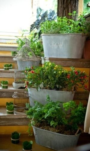 Floreiras de ervas aromáticas, flores e pimentas decoram a escada da recepção. Decoração feita pela arquiteta de festas Mara Perez (www.maraperez.com.br)