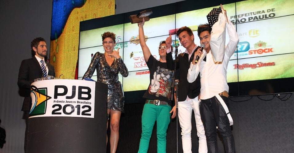 Integrantes da banda Restart recebem prêmio durante o 11º Prêmio Jovem Brasileiro no Memorial da América Latina, em São Paulo. O prêmio homenageia os jovens talentos brasileiros em 21 categorias, concedido após votação de júri composto por jornalistas, colunistas, críticos e por votação na internet (1/10/12)