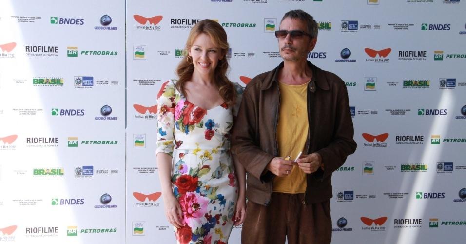 Kylie Minogue posa com o diretor Leos Carax no Festival do Rio (2/10/12)