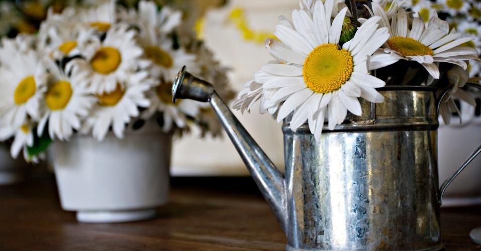 Margaridas em vasos de regadores. Arranjo feito pela Mariana Bassi Flores e Eventos (www.marianabassi.com.br)