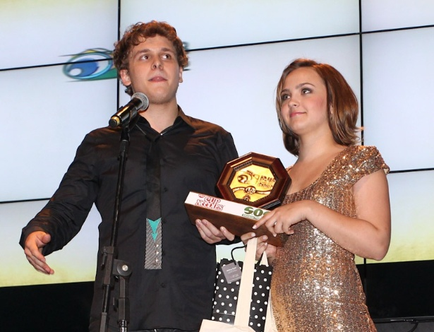 Mayra Arduini e Bruno Martini, o grupo College 11, recebem prêmio durante o 11º Prêmio Jovem Brasileiro no Memorial da América Latina, em São Paulo. O prêmio homenageia os jovens talentos brasileiros em 21 categorias, concedido após votação de júri composto por jornalistas, colunistas, críticos e por votação na internet (1/10/12)