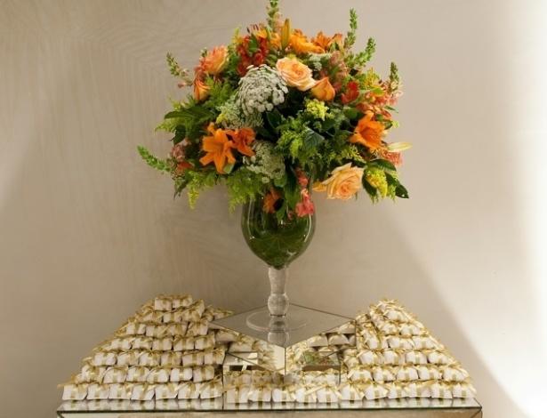 Mesa de bem-casados com um arranjo de orquídeas, astromélias, frésias, rosas, boca-de-leão e flor de cenoura. Decoração feita pela Titina Leão (www.titinaleaofestas.com.br)