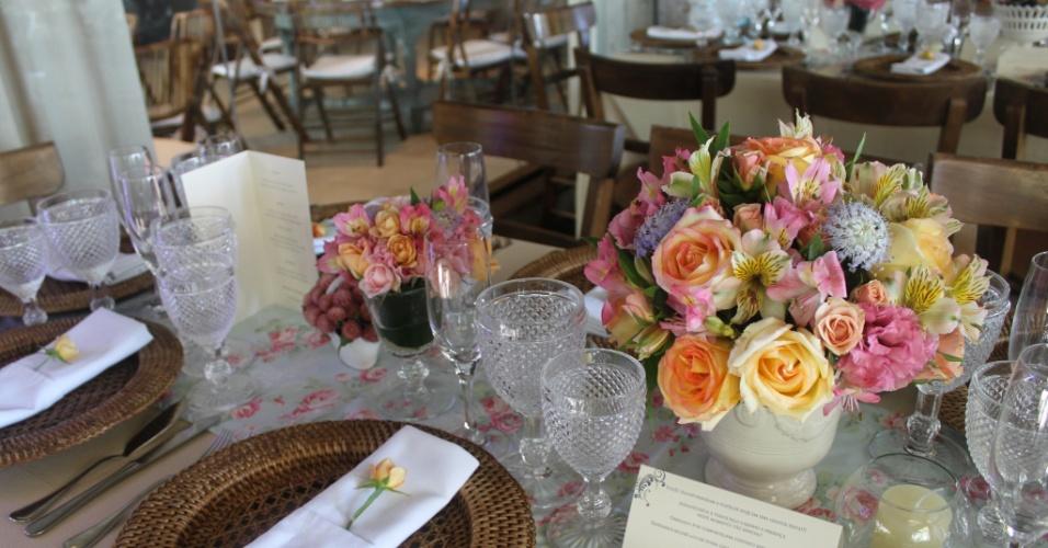 Nesta decoração, vasos são usados como arranjos de mesa. Decoração feita pela Mariana Bassi Flores e Eventos (www.marianabassi.com.br)