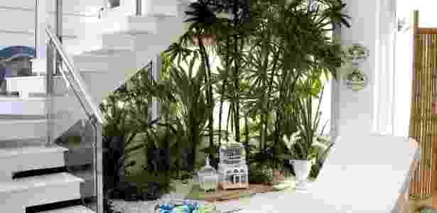 Sob o vão da escada, o arquiteto Rogério Perez compôs um espaço zen, com destaque ao jardim de inverno - Fran Parente/ Divulgação
