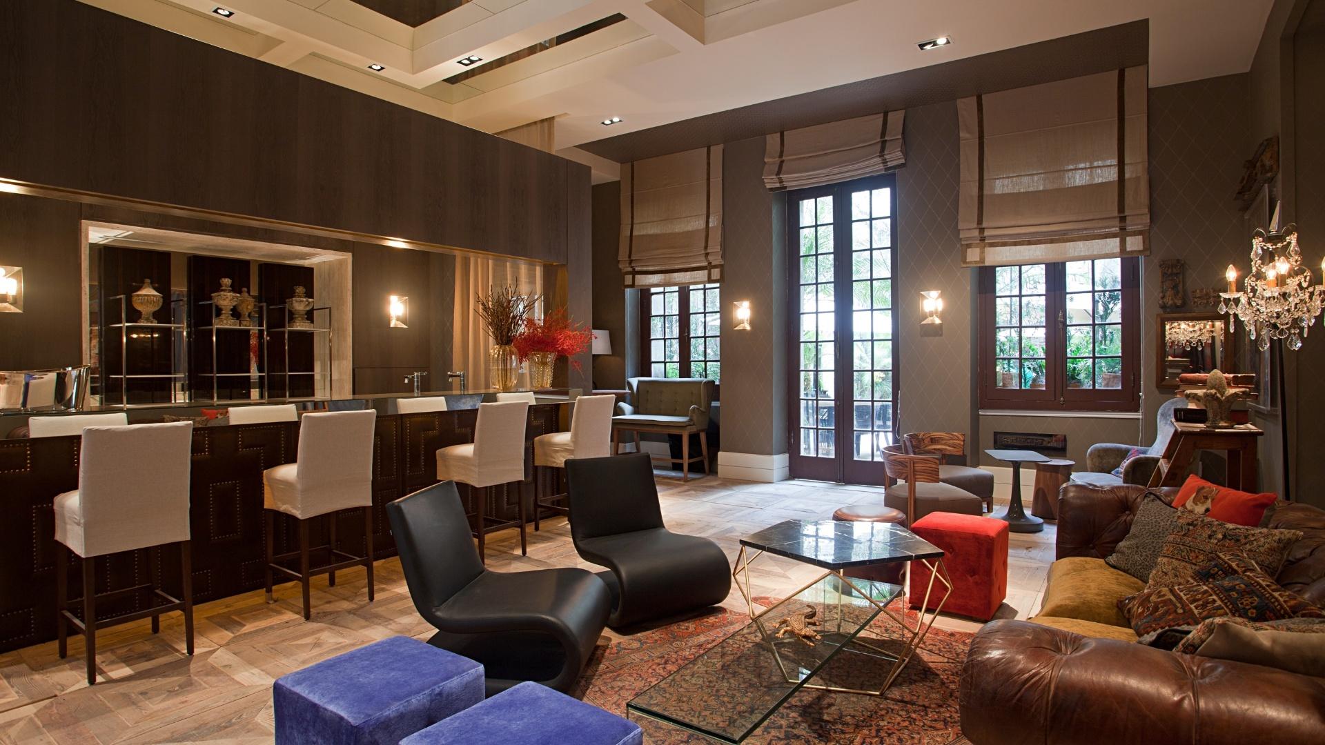 O Cocktail Bar, de Paola Pinheiro, tem como destaques um mix de fotografias e espelhos antigos nas paredes e o sofá estilo Chesterfield. A Casa Cor RJ vai de 03 de outubro a 19 de novembro de 2012, no Rio de Janeiro