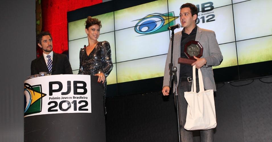 O comediante Marcos Veras recebe prêmio durante o 11º Prêmio Jovem Brasileiro no Memorial da América Latina, em São Paulo. O prêmio homenageia os jovens talentos brasileiros em 21 categorias, concedido após votação de júri composto por jornalistas, colunistas, críticos e por votação na internet (1/10/12)