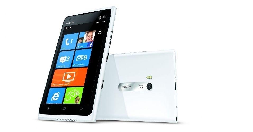 O smartphone Nokia Lumia 900 possui processador de 1,4 GHz, 512 MB de memória RAM, câmera Carl Zeiss de 8 megapixels, visor amplo com 4,3 polegadas de diagonal em AMOLED e resolução de 800x480 pixels. O hardware potente se reflete no preço: R$ 1.700 desbloqueado