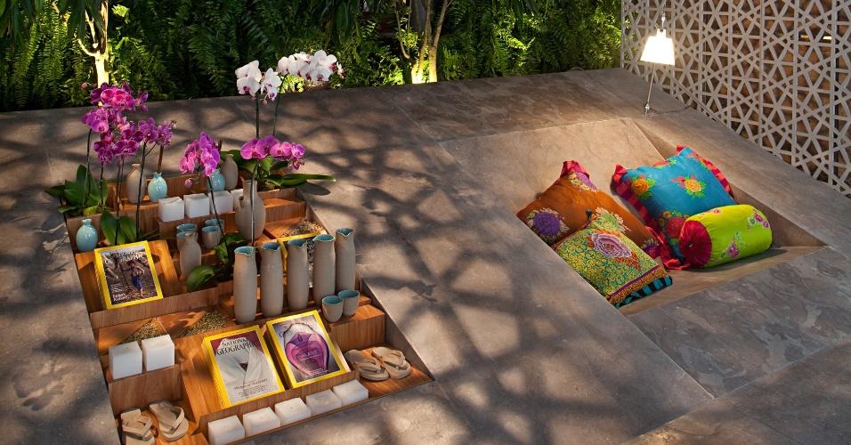 O Spa, criado por MIguel Pinto Guimarães, tem piso composto por uma lâmina de mármore tunisiano, chamado Autumn Brawn, que se inclina a partir de um certo ponto, criando uma leve rampa em toda a extensão do ambiente, onde estão esculpidas as descansadeiras e uma estante inclinada. A Casa Cor RJ vai de 03 de outubro a 19 de novembro de 2012, no Rio de Janeiro