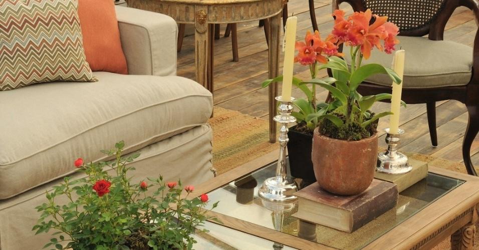 Orquídeas e flores plantadas em vasos em ambiente rústico. Arranjo feito pela Studio Flora Sodré (www.studioflora.com.br)