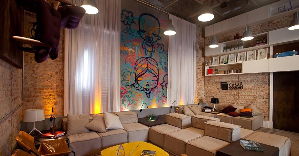 Os arquitetos Alexandre Gedeon e Hugo Schwartz criaram o Estar Gourmet, um grande lounge em estilo industrial com tijolos e madeiramento aparentes. A Casa Cor RJ vai de 03 de outubro a 19 de novembro de 2012, no Rio de Janeiro