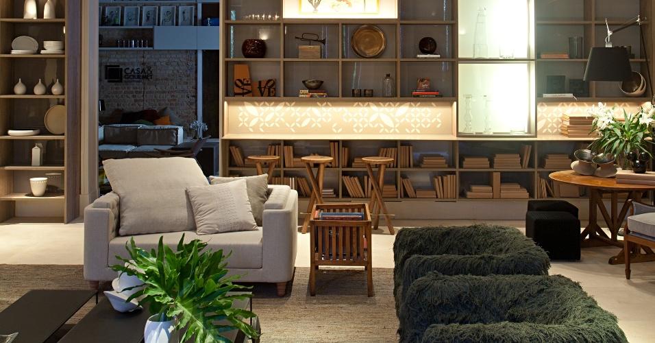 Paula Neder assina o Lounge baseado em off whites mistos em uma paleta de cinzas, móveis de design combinados aos de antiquários e uma sofisticada luminária Force, com 90 cm de diâmetro. A Casa Cor RJ vai de 03 de outubro a 19 de novembro de 2012, no Rio de Janeiro