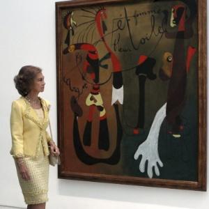 """Rainha Sofia observa o quadro """"Caracol, mulher, flor, estrela"""", de Miró, durante inauguração de exposição (2/10/12) - Fernando Alvarado/EFE"""