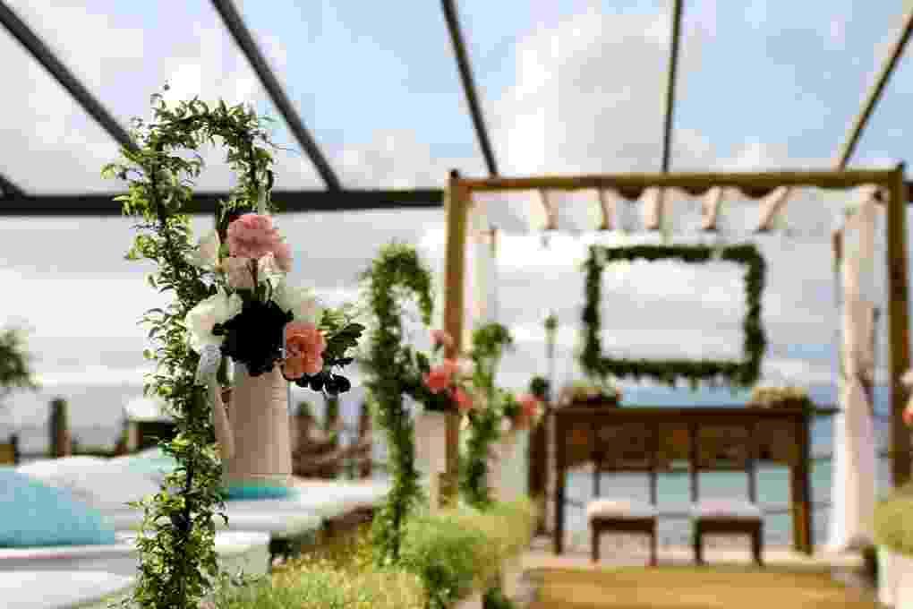 Regadores com flores para o caminho da noiva. Decoração feita pela arquiteta de festas Mara Perez (www.maraperez.com.br) - Mara Perez/Divulgação