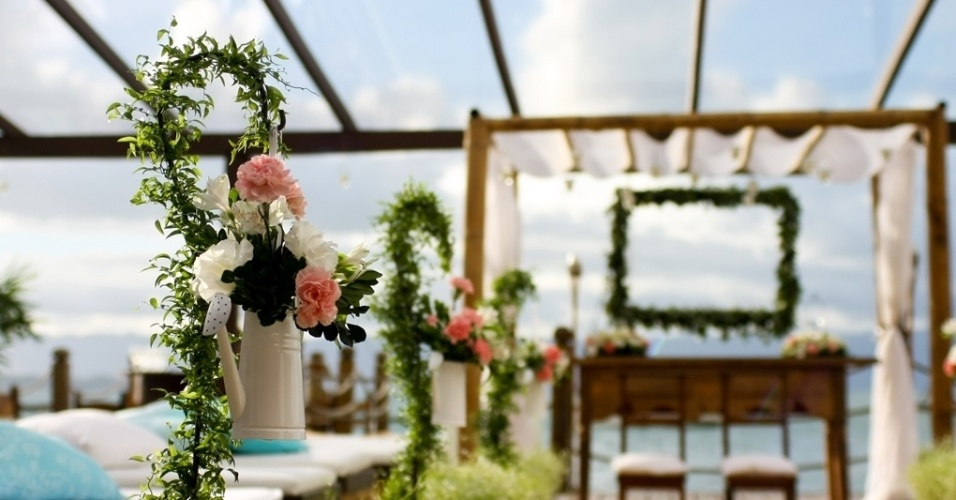 Regadores com flores para o caminho da noiva. Decoração feita pela arquiteta de festas Mara Perez (www.maraperez.com.br)