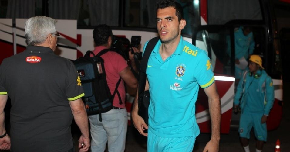 Rhodolfo, zagueiro do São Paulo, desembarca na cidade argentina de Resistencia, para o duelo de volta do Superclássico das Américas