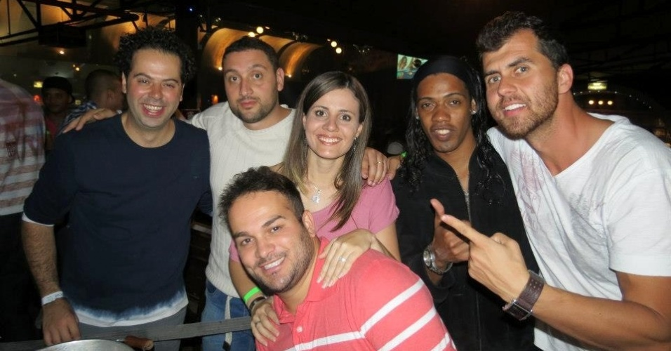 Sósia de Ronaldinho Gaúcho, Reinaldo Oliveira, posa para foto em boate em BH