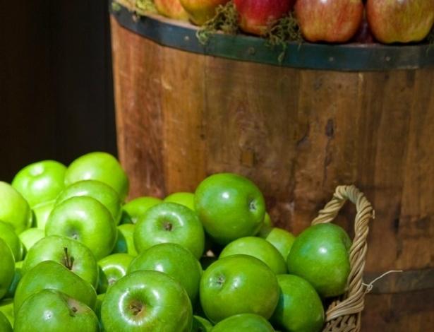Tinas de madeira decoradas com maçãs verdes e vermelhas. Decoração feita designer floral Lucia Milan (www.luciamilan.com)