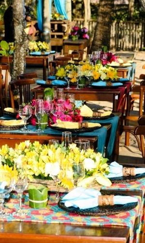 Toalhas de mesa, cortinas e flores com atmosfera bem colorida. Decoração feita pela arquiteta de festas Mara Perez (www.maraperez.com.br)