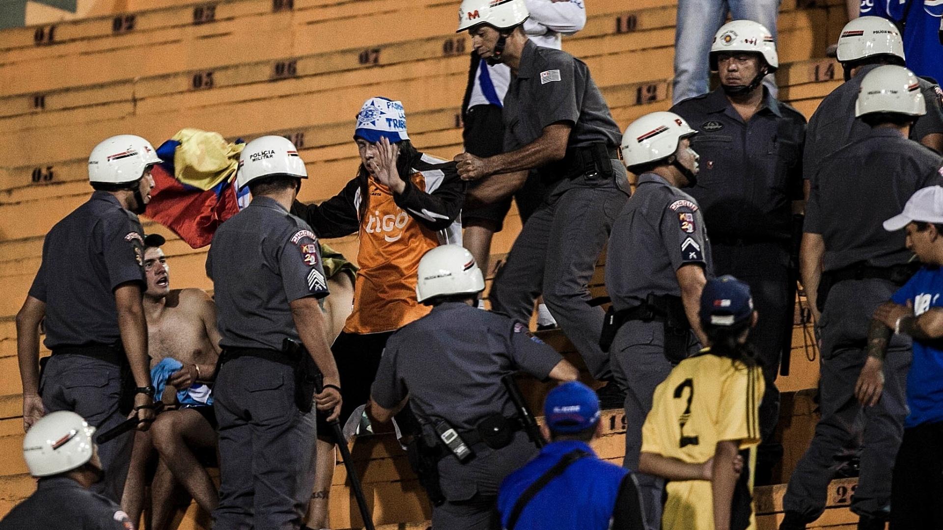 Torcedores do Millonarios se envolvem em confusão com policiais no Pacaembu