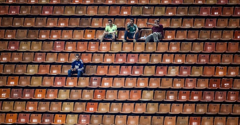 Torcedores do Palmeiras aguardam o início do duelo contra o Millonarios