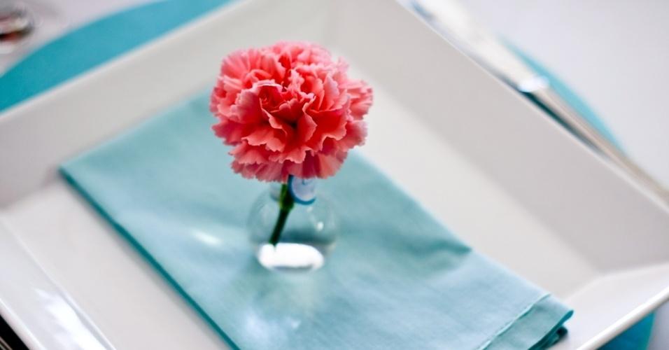 Vasinho de flores como porta-guardanapo. Decoração feita pela arquiteta de festas Mara Perez (www.maraperez.com.br)