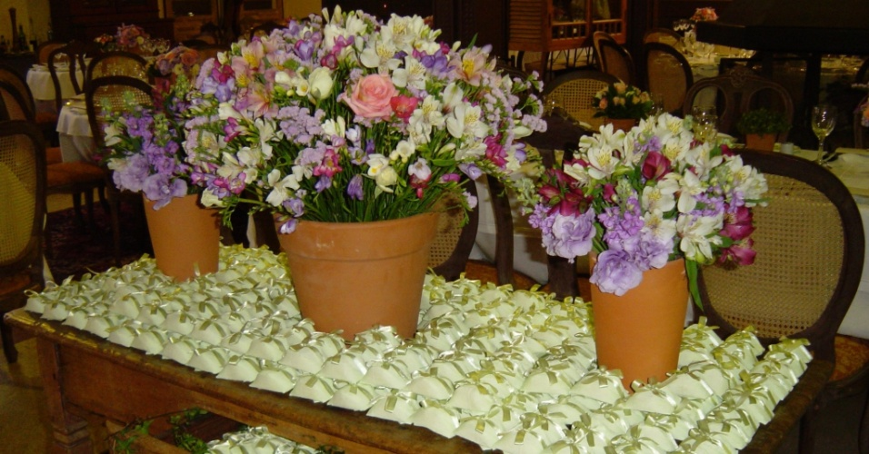 Vasos com alstromélias, rosas, frésias, estatices e lisiantus na mesa de bem-casados; da Mariana Bassi Flores e Eventos (www.marianabassi.com.br)