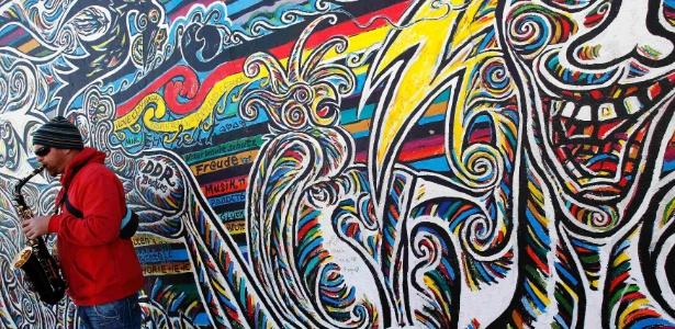 Pedaço do muro de Berlim, na Alemanha, que conta com obra de brasileiro - Lisi Niesner/Reuters