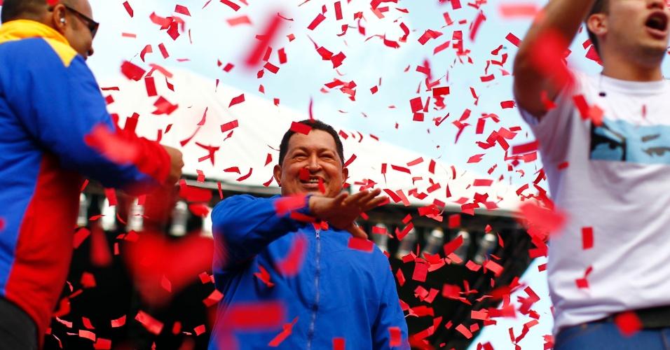 3.out.2012 - Hugo Chávez saúda apoiadores durante passeata em Maracay, a 100 km de Caracas