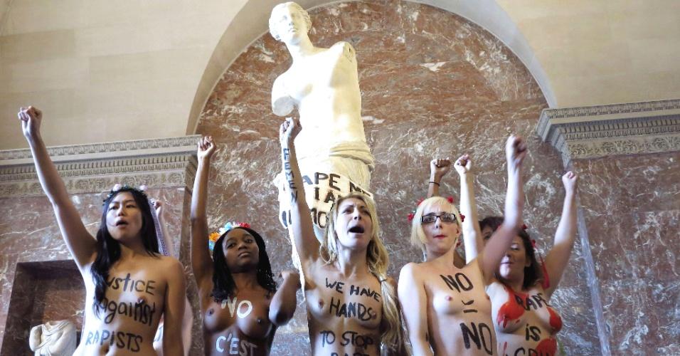 3.out.2012 - Manifestantes do grupo feminista Femen, tiram a roupa nesta quarta-feira (3), em frente à estátua de Venus de Milo, no museu do Louvre, em Paris (França), como forma de protesto contra políticas desfavoráveis às mulheres