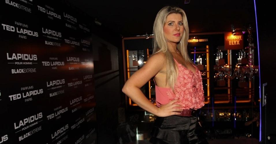 A apresentadora Íris Stefanelli durante lançamento de fragrância masculina no Louis Bar Lounge, em São Paulo (3/10/12)