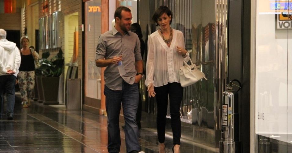A atriz Débora Secco e o jogador de futebol Roger durante passeio em shopping no Rio de Janeiro (3/10/12)